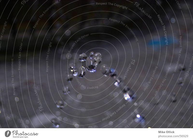 Wassertropfen Strahlung Wasserstrahl fließen rein kalt frisch nass laufen tropfend Steinboden Reflexion & Spiegelung Querformat horizontal blau Natur