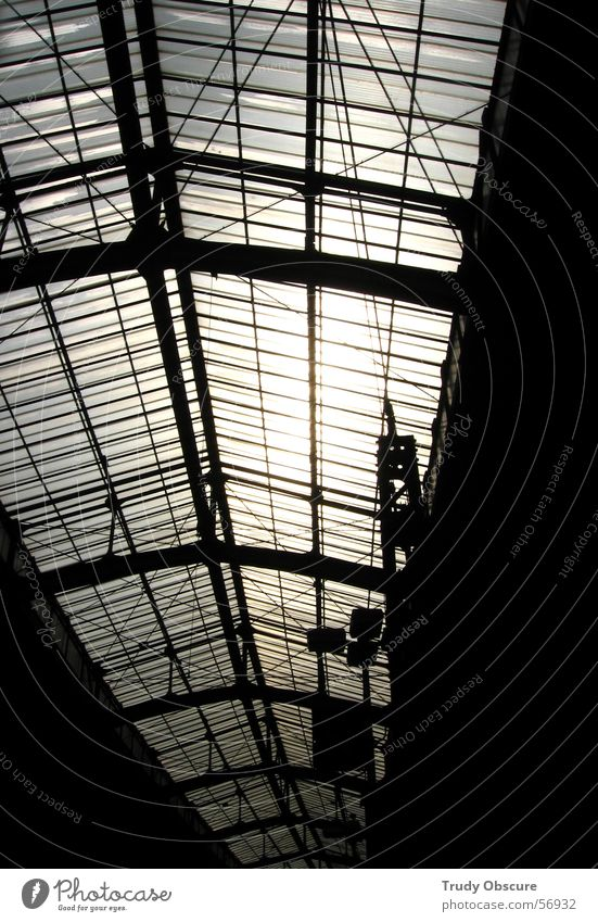 Irres Licht Dach Gebäude Fenster Strahlung Sonne Sonnenstrahlen dunkel Konstruktion Stab Schilder & Markierungen Eisenbahn Lichtstrahl hell Lichterscheinung