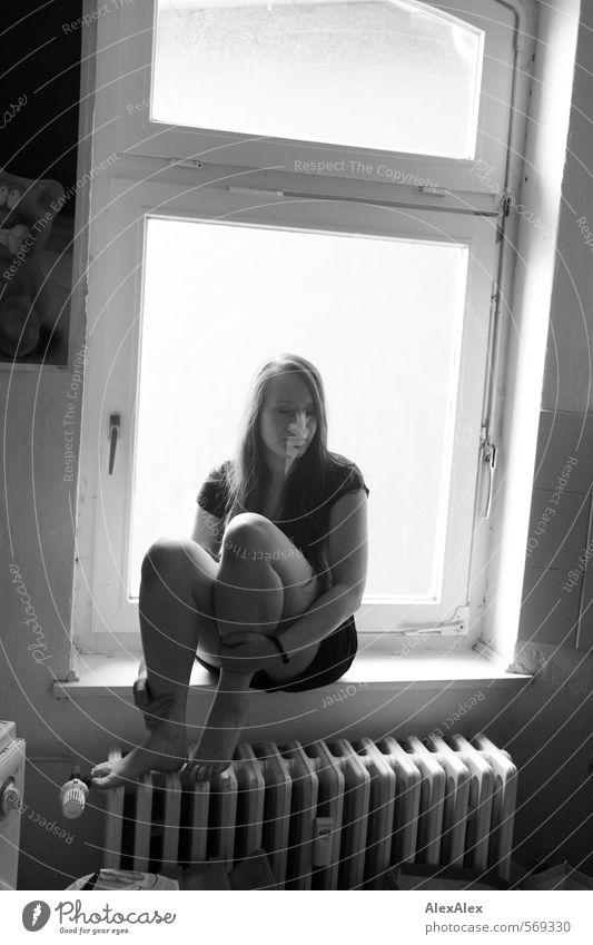 Kitchenaid! Jugendliche schön Erholung Junge Frau 18-30 Jahre Erwachsene Fenster feminin Denken natürlich Beine Fuß träumen sitzen ästhetisch Pause