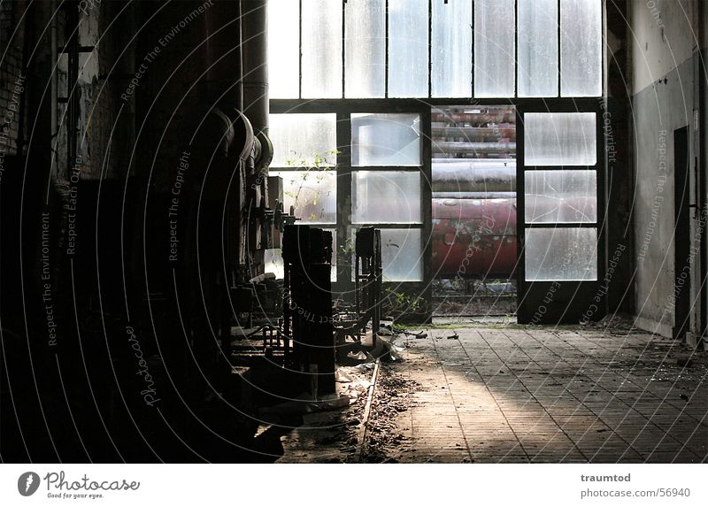 ...out of the dark. alt Ernährung dunkel Arbeit & Erwerbstätigkeit Raum dreckig Industriefotografie Fabrik Bodenbelag Fliesen u. Kacheln verfallen Maschine