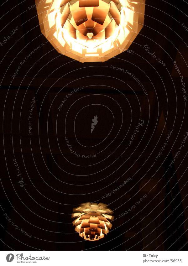 Lights schwarz gelb Lampe dunkel Stil Beleuchtung orange Design rund Romantik Decke beige glühen klassisch Lichtschein Tannenzapfen