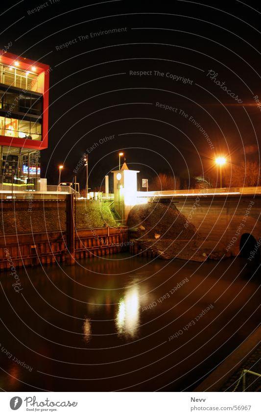 Neusser Hafenbecken Langzeitbelichtung Kreis Neuss schwarz Nacht dunkel Lampe Staumauer Gebäude Anlegestelle black Licht Rhein