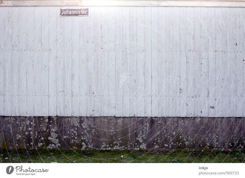 Leben in der Johannisstraße Einsamkeit kalt Wand Straße Gefühle Mauer Holz Linie Stimmung Fassade trist Schilder & Markierungen Schriftzeichen Armut geschlossen