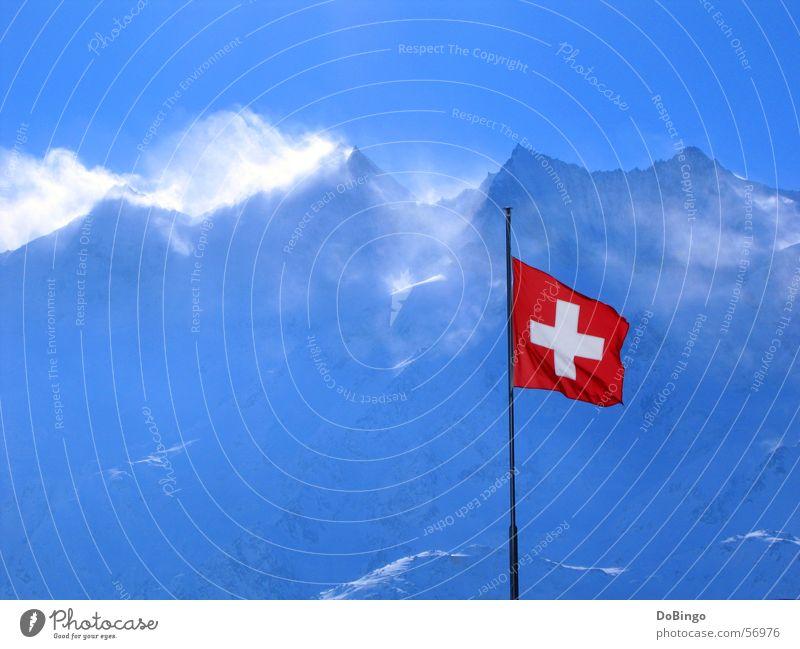Eine Ode ans schönste Land der Welt... Himmel blau rot Winter Schnee Berge u. Gebirge Stein Luft Wind groß Rücken Fahne Schweiz Alpen Gipfel Symbole & Metaphern