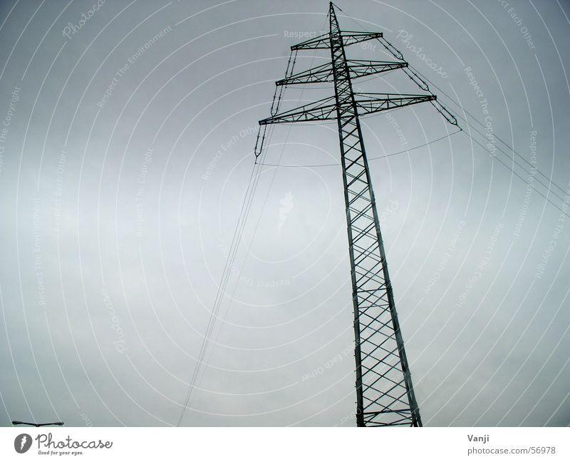 dramatisch Wolken Regen Wetter verrückt Elektrizität Netz Stahl Strommast schlechtes Wetter Infrastruktur