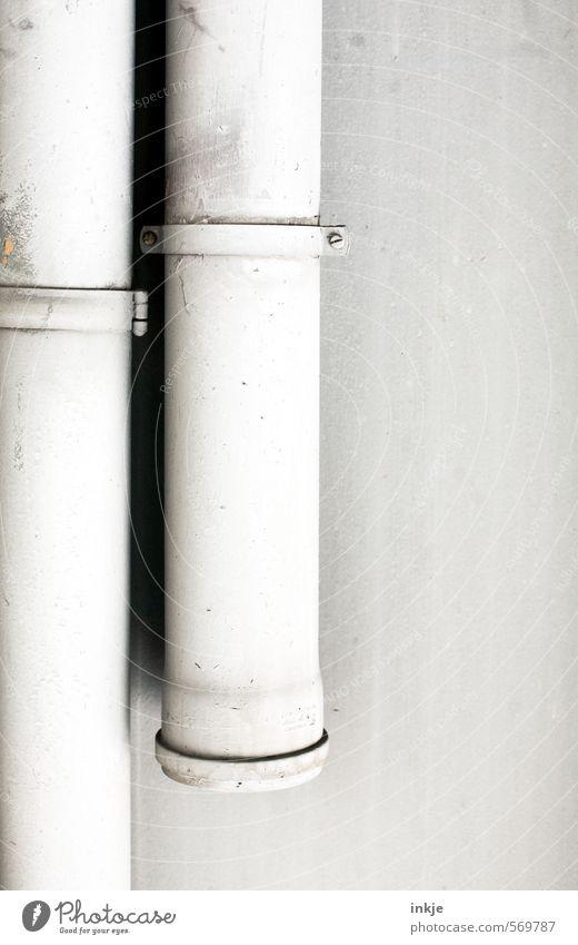 MONTAGe am Dienstag Baustelle Industrie Handwerk Menschenleer Mauer Wand Röhren Abflussrohr Schelle hängen grau weiß vertikal 2 paarweise Paar befestigen