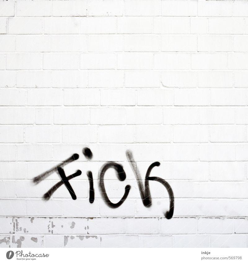 aber klar müssen sie sein. Menschenleer Mauer Wand Fassade Backsteinwand Backsteinfassade Stein Schriftzeichen Graffiti Linie Aggression schwarz weiß Gefühle