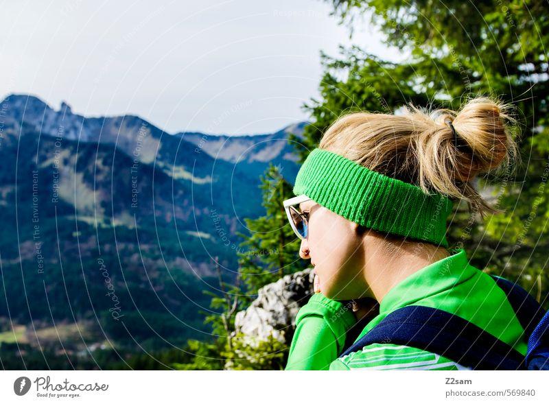 Was bringt das Jahr? Jugendliche Ferien & Urlaub & Reisen Baum Erholung Junge Frau 18-30 Jahre Erwachsene Berge u. Gebirge feminin Herbst Stil Denken natürlich