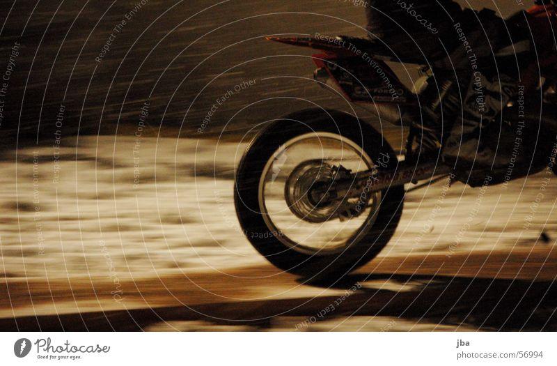 Vollgas Motorrad Auspuff fahren Geschwindigkeit Reifen anlauf nehmen Holzbrett Winter Nacht Freestyle springen fmx Fahrrad Sitzgelegenheit sitzen Kette Schnee