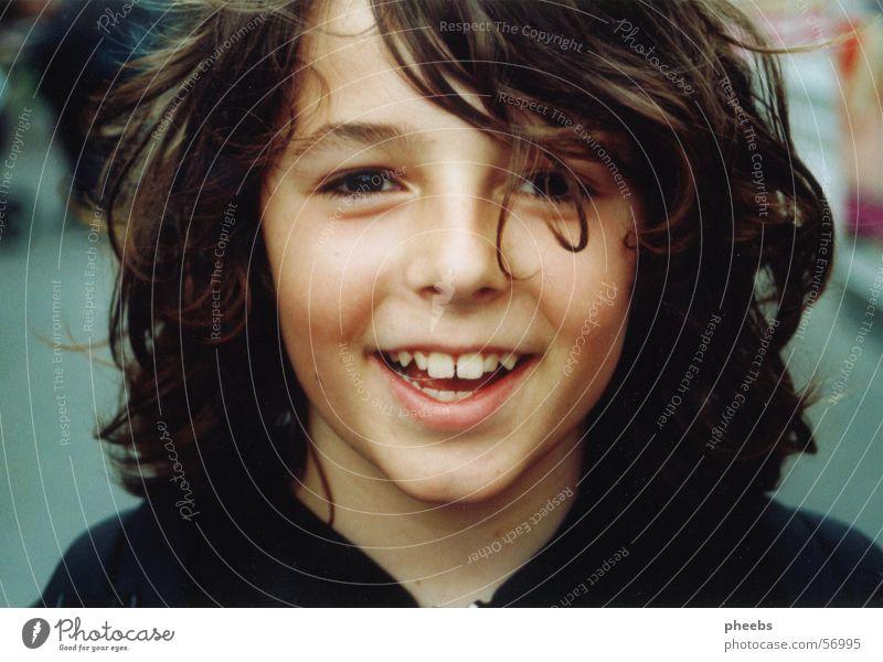 grinsekind Junge Porträt Lippen lustig Kapuzenpullover Jahrmarkt Locken Gesicht Haare & Frisuren lachen Mund grinsen urfahr Zähne