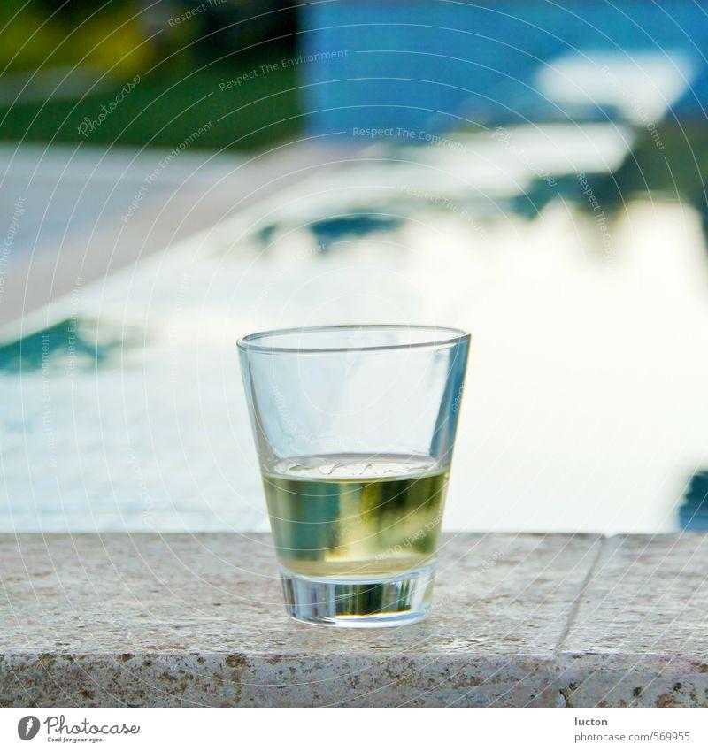 Pooldrink Lebensmittel Alkohol Wein Weissweinglas Glas elegant Stil Ferien & Urlaub & Reisen Garten Wasseroberfläche Wasserspiegelung Schwimmbad trinken
