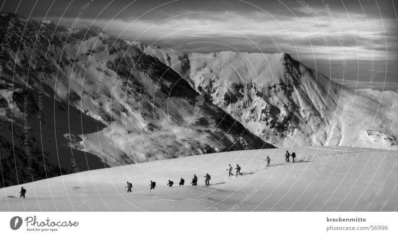Peau de foc Skitour Wintersport alpin Wolken schlechtes Wetter Berge u. Gebirge Alpen Schwarzweißfoto mehrere Schnee Expedition Bewegung Sport
