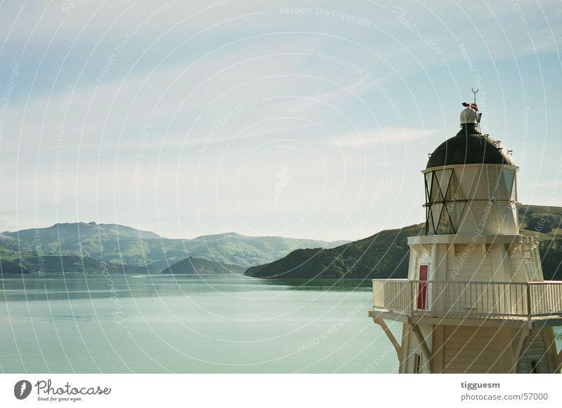 Licht am See Wasser weiß Meer blau ruhig Einsamkeit Berge u. Gebirge Turm Klarheit Leuchtturm Glätte Neuseeland
