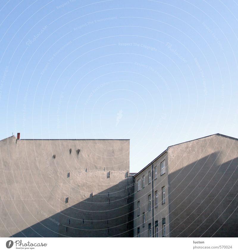 Hinterhof Himmel Schönes Wetter Berlin Stadt Hauptstadt Stadtrand Haus Bauwerk Gebäude Architektur Innenhof Mauer Wand Stein Beton blau grau Fassade Autofenster
