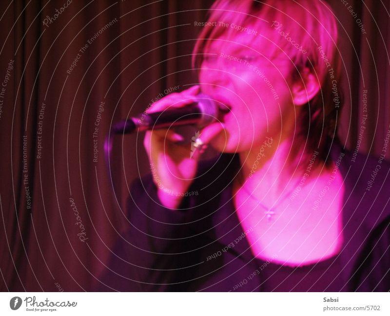sängerin Sänger singen Mikrofon rosa Unschärfe Bewegungsunschärfe Frau