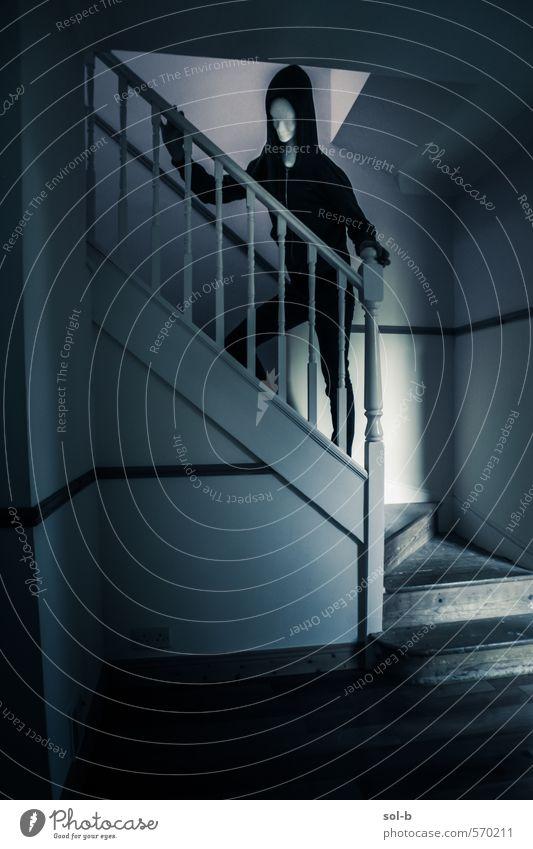 Spukhaus Häusliches Leben Haus Mensch androgyn 1 Treppe Kapuze Kapuzenpullover bedrohlich dunkel gruselig hässlich verrückt Tod Angst Entsetzen Todesangst
