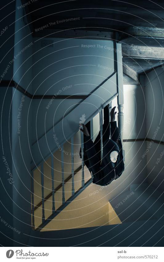 Falle Häusliches Leben Haus Mensch androgyn Körper 1 Treppe Kapuze Kapuzenpullover fallen hängen bedrohlich dunkel gruselig verrückt Traurigkeit Tod Angst