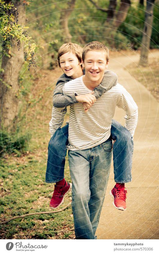 Älterer Bruder gibt Huckepack an jüngeren Bruder. schön Junger Mann Jugendliche Familie & Verwandtschaft Freundschaft 2 Mensch 8-13 Jahre Kind Kindheit