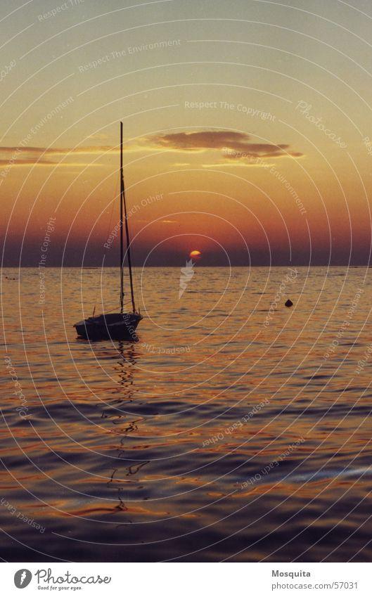 Sommerabend Wasser Meer Ferien & Urlaub & Reisen Wolken Einsamkeit Ferne träumen Wärme Wasserfahrzeug Wellen Horizont Romantik Physik Sehnsucht Idylle