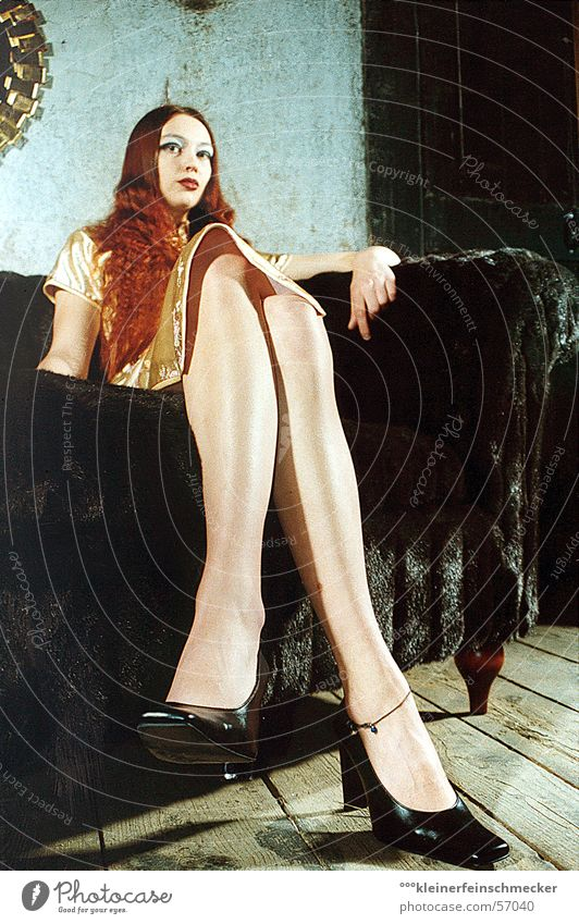 it's a long way to... Frau Schuhe Blick Sofa Stil Haare & Frisuren Beine Fuß Perspektive Haut sitzen shoes legs erotic perspective woman hair feet skin
