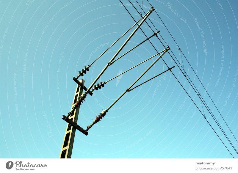 Power is force I Himmel blau Kraft modern Zukunft Elektrizität Baustelle stark Wissenschaften Stahl Strommast Gewicht Draht Leitung Fortschritt standhaft