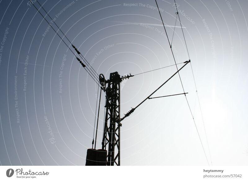 Power is force II Himmel blau Kraft modern Zukunft Elektrizität Baustelle stark Wissenschaften Stahl Strommast Gewicht Draht Leitung Fortschritt standhaft