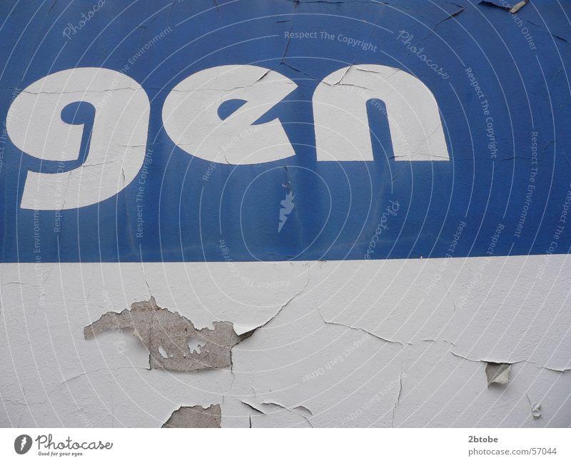Das Arminia-Gen Arminia Bielefeld Wand Verfall zerbröckelt Moral Loch Putz weiß Blockschrift Buchstaben Typographie dsc Gensequenz Farbe blau