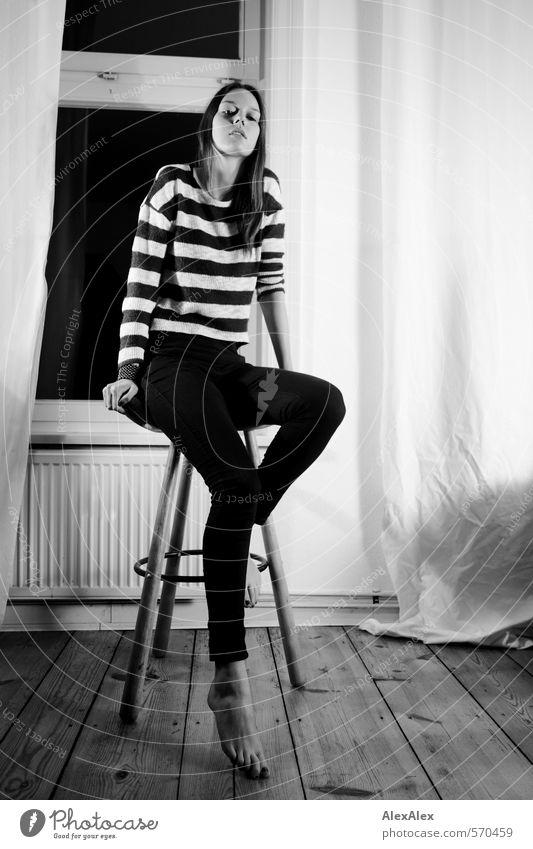 Hochgradig Junge Frau Jugendliche Körper Beine Fuß 18-30 Jahre Erwachsene Jeanshose Streifenpullover Barfuß brünett langhaarig Dielenboden Wohnzimmer Fenster