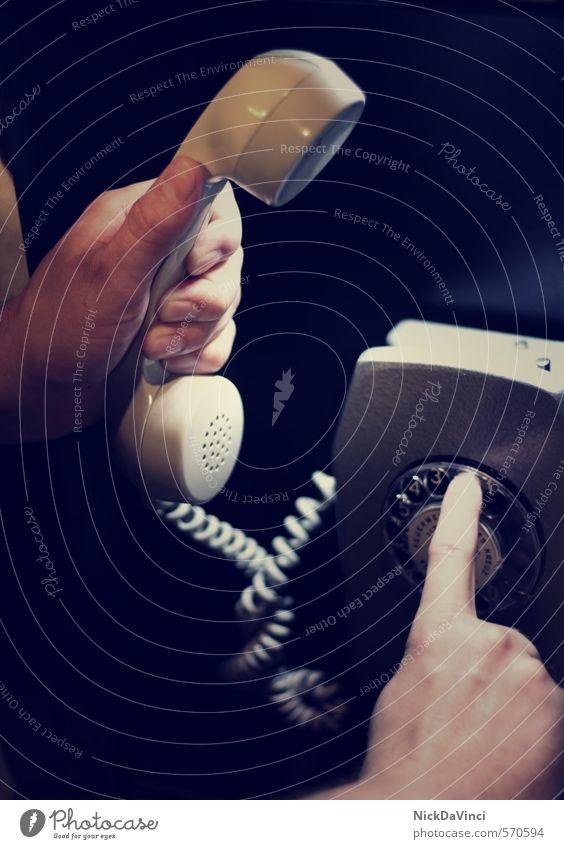 Ruf mich an! alt sprechen Kommunizieren Finger Telekommunikation Schnur retro Telefon Ziffern & Zahlen festhalten Kontakt Verbindung Dienstleistungsgewerbe analog Telefongespräch wählen