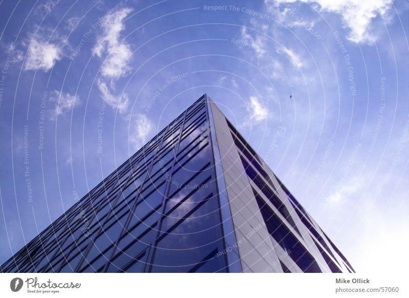 skyedge Wolken Reflexion & Spiegelung Haus Froschperspektive Dreieck Fenster Himmel Glasfassade Stahl building blau Ecke reflektion triangle Architektur