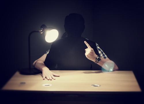 Obacht! Hand Einsamkeit Gefühle Denken Lampe maskulin Arme Kommunizieren Finger bedrohlich beobachten geheimnisvoll Konzentration hören Konflikt & Streit
