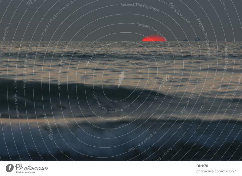 Letzte Glut vor dem Untergang Himmel Natur blau Wasser Sommer Sonne Meer rot Ferne Traurigkeit Küste grau Zeit Wasserfahrzeug Horizont Wellen