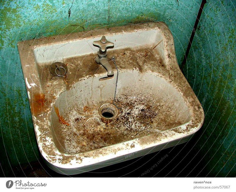 Reinigungskraft bitte auf das Zimmer 16. Waschbecken dreckig Abfluss unbenutzt Wasserhahn Emaille Bad alt Einsamkeit Kette Toilette Stöpsel