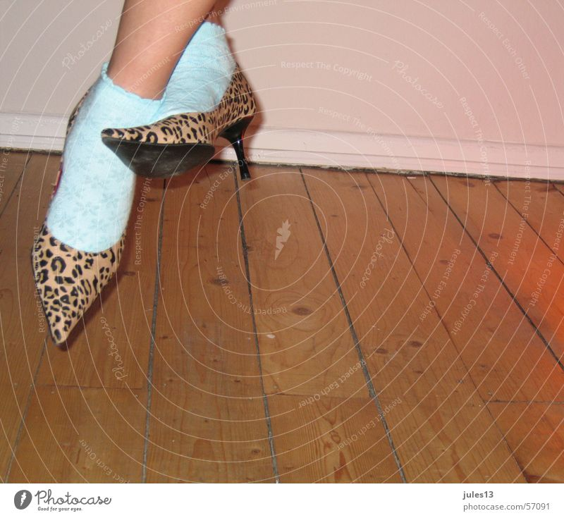 achtziger_2 Strümpfe Tigerfellmuster Wand Damenschuhe Achtziger Jahre Holz türkis Puma Fuß Flur Raum Anschnitt bad taste Haut Innenaufnahme