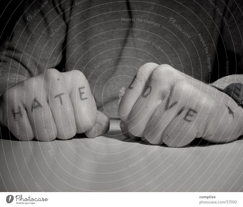 love & hate Tisch Lautsprecher Mann Erwachsene Mund Bart Hand Finger Tattoo Liebe frech rebellisch Wut Mut Wachsamkeit Angst Respekt Ärger Gewalt Hass Faust