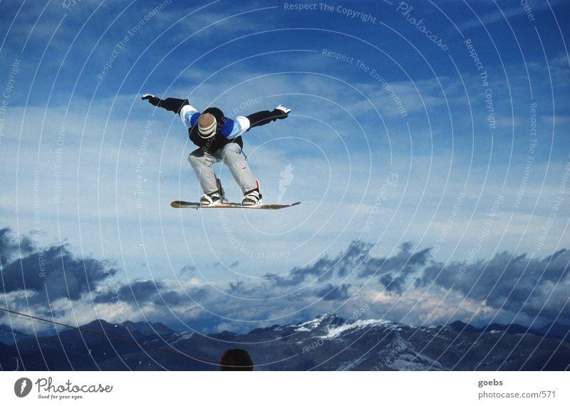 bigair 01 Snowboard springen Winter Sport Alpen Gipfel hoch Körperhaltung Wolken Freestyle talentiert Außenaufnahme Farbfoto Snowboarder Snowboarding Air