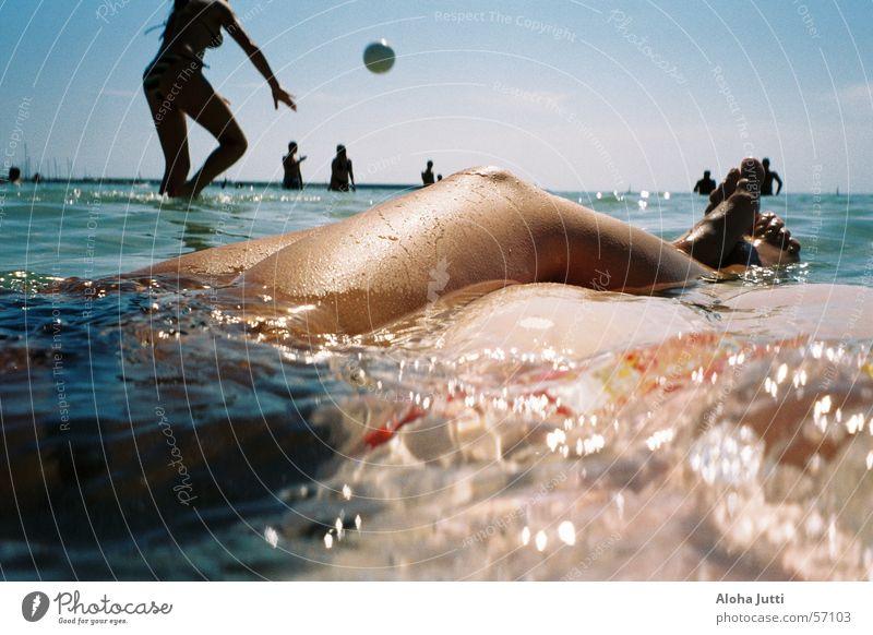 Ein Tag im Meer Frau Mensch Wasser Himmel Sonne blau Sommer Freude Strand Ferien & Urlaub & Reisen Erholung Spielen Glück Fuß Wärme