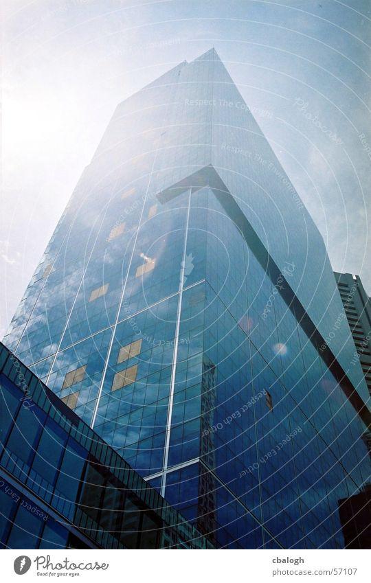 Glashaus Himmel Sonne blau Wolken kalt hell Glas Hochhaus Klarheit Spiegel unpersönlich Linearität rational