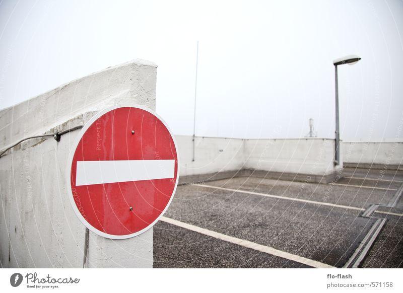 StVO auf'm Dach? Stadt Wand Architektur Mauer trist Schilder & Markierungen Hinweisschild fahren Stadtzentrum Industrieanlage Hafenstadt Parkhaus Verkehrsschild