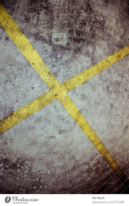 Das X steht für Gefahr Stadt Stadtzentrum Industrieanlage Fabrik Platz Parkhaus Beton Schilder & Markierungen Verkehrszeichen dreckig dunkel trist Kreuz