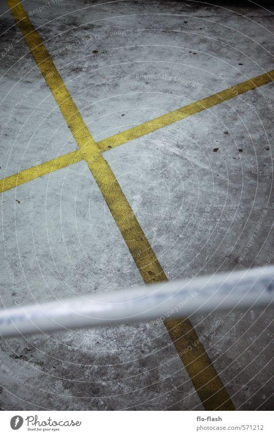 four corners Schulhof Fabrik Hafenstadt Stadtzentrum Menschenleer Parkhaus Beton Metall Armut bedrohlich dreckig dunkel kalt trist Kreuz Farbfoto