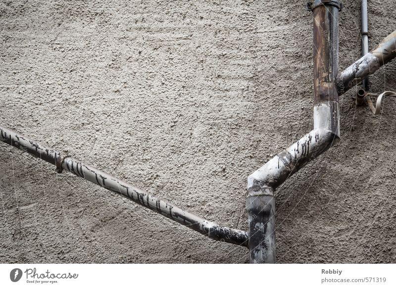 Wo abbiegen? Stadt Haus Wand Mauer grau Stein Linie Metall Fassade Netzwerk Regenwasser Röhren diagonal eckig Symmetrie Leitung