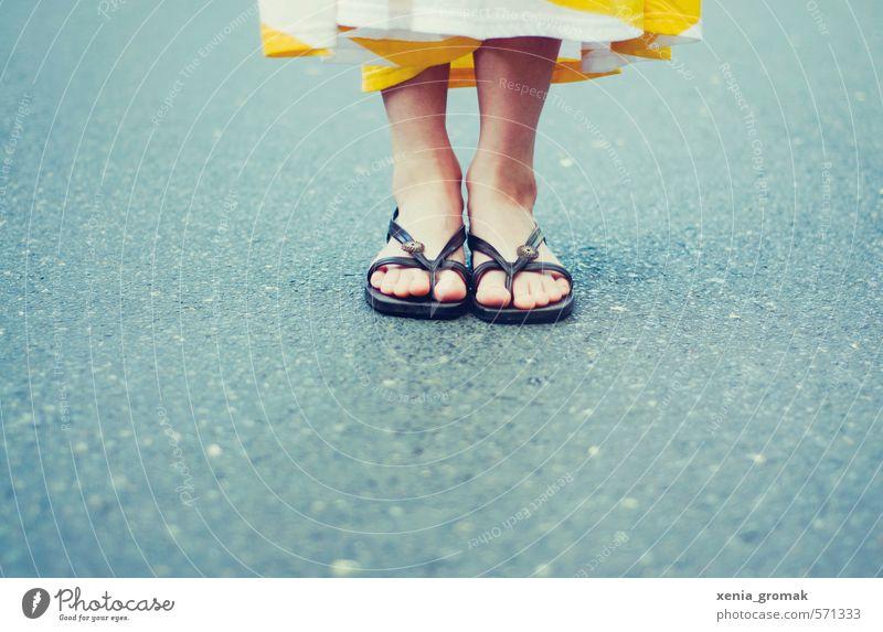 Sommertag Mensch Frau Jugendliche Ferien & Urlaub & Reisen Sommer Sonne Junge Frau Freude 18-30 Jahre Erwachsene Leben feminin Spielen Fuß träumen Freizeit & Hobby