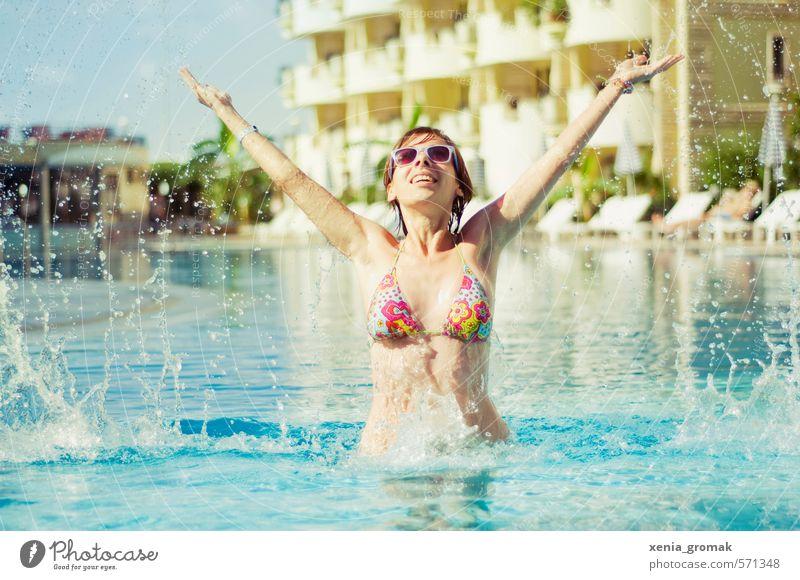 Sommerurlaub Mensch Frau Kind Jugendliche Ferien & Urlaub & Reisen Sonne Junge Frau Freude Ferne 18-30 Jahre Erwachsene Leben feminin Spielen Schwimmen & Baden