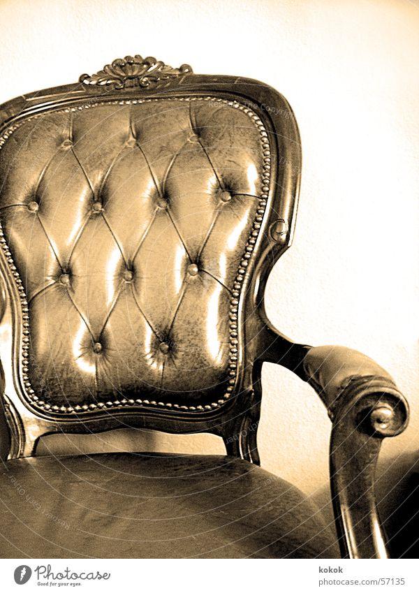 please fasten belt alt ruhig Erholung Zeit sitzen Pause Stuhl Leder Sitzgelegenheit antik Sessel Niete Antiquität Flohmarkt Zeugnis wuchtig