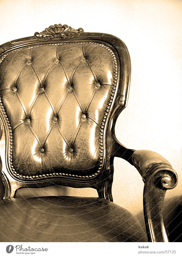 please fasten belt Sessel wuchtig antik Leder ruhig Pause Erholung Antiquität Flohmarkt Zeit Innenaufnahme sitzen Sitzgelegenheit Stuhl alt Niete Zeugnis