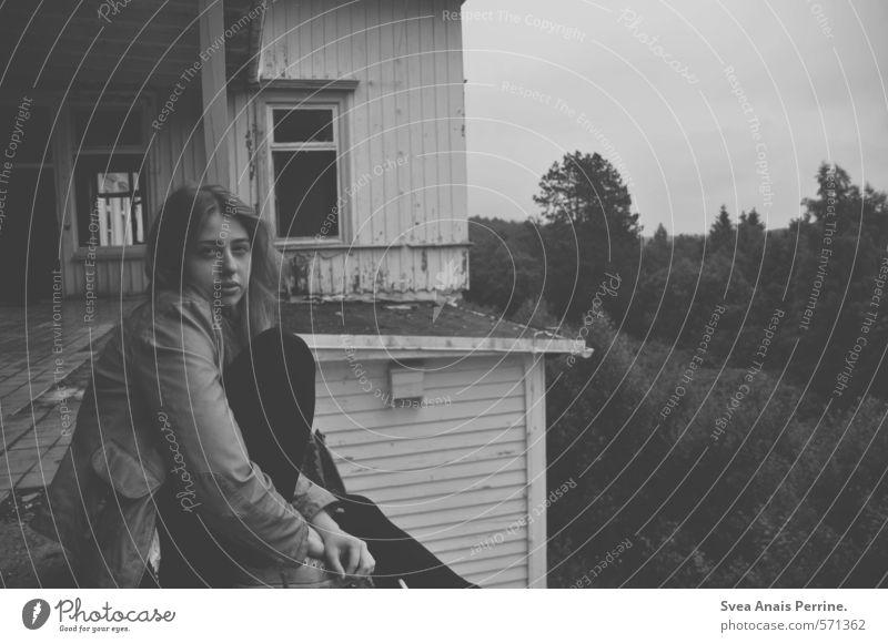 ... feminin Junge Frau Jugendliche 1 Mensch 18-30 Jahre Erwachsene Natur Baum Wald Haus Gebäude Balkon Fenster Tür Haare & Frisuren langhaarig sitzen kalt
