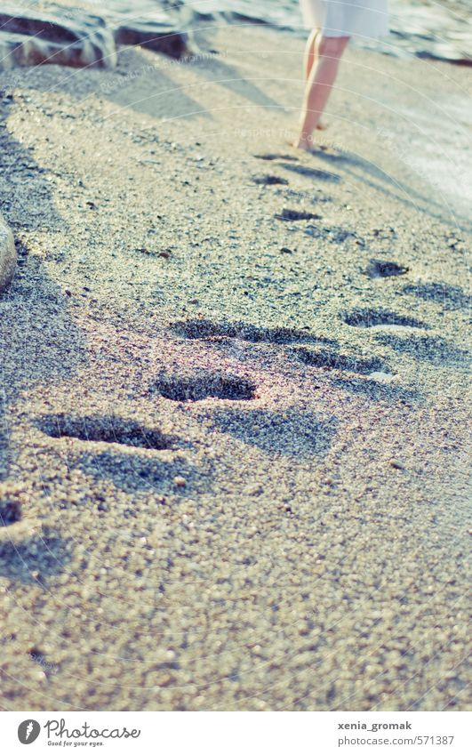 Spuren Mensch Ferien & Urlaub & Reisen Sommer Sonne Meer Erholung ruhig Freude Strand Ferne feminin Freiheit gehen Freizeit & Hobby Wellen laufen