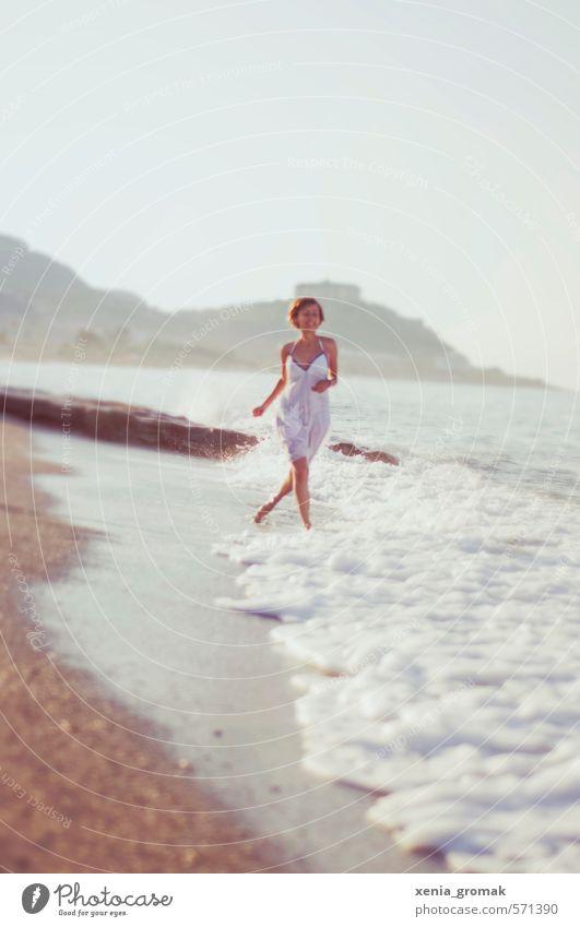 Spaziergang am Strand Mensch Frau Ferien & Urlaub & Reisen Jugendliche Sommer Sonne Meer Junge Frau Freude Ferne 18-30 Jahre Erwachsene Leben feminin Freiheit