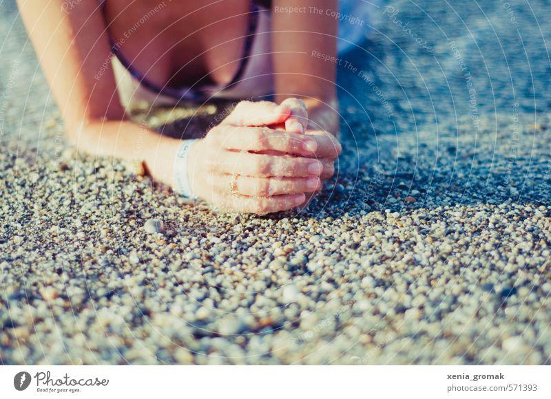 am Kieselstrand Mensch Frau Kind Jugendliche Ferien & Urlaub & Reisen Sommer Sonne Meer Hand Erholung Junge Frau Freude Strand Ferne 18-30 Jahre Erwachsene